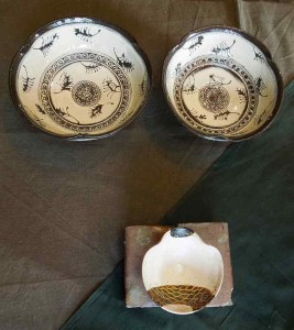 印花草文小鉢(上)、化粧金彩珍味入れ(下)
